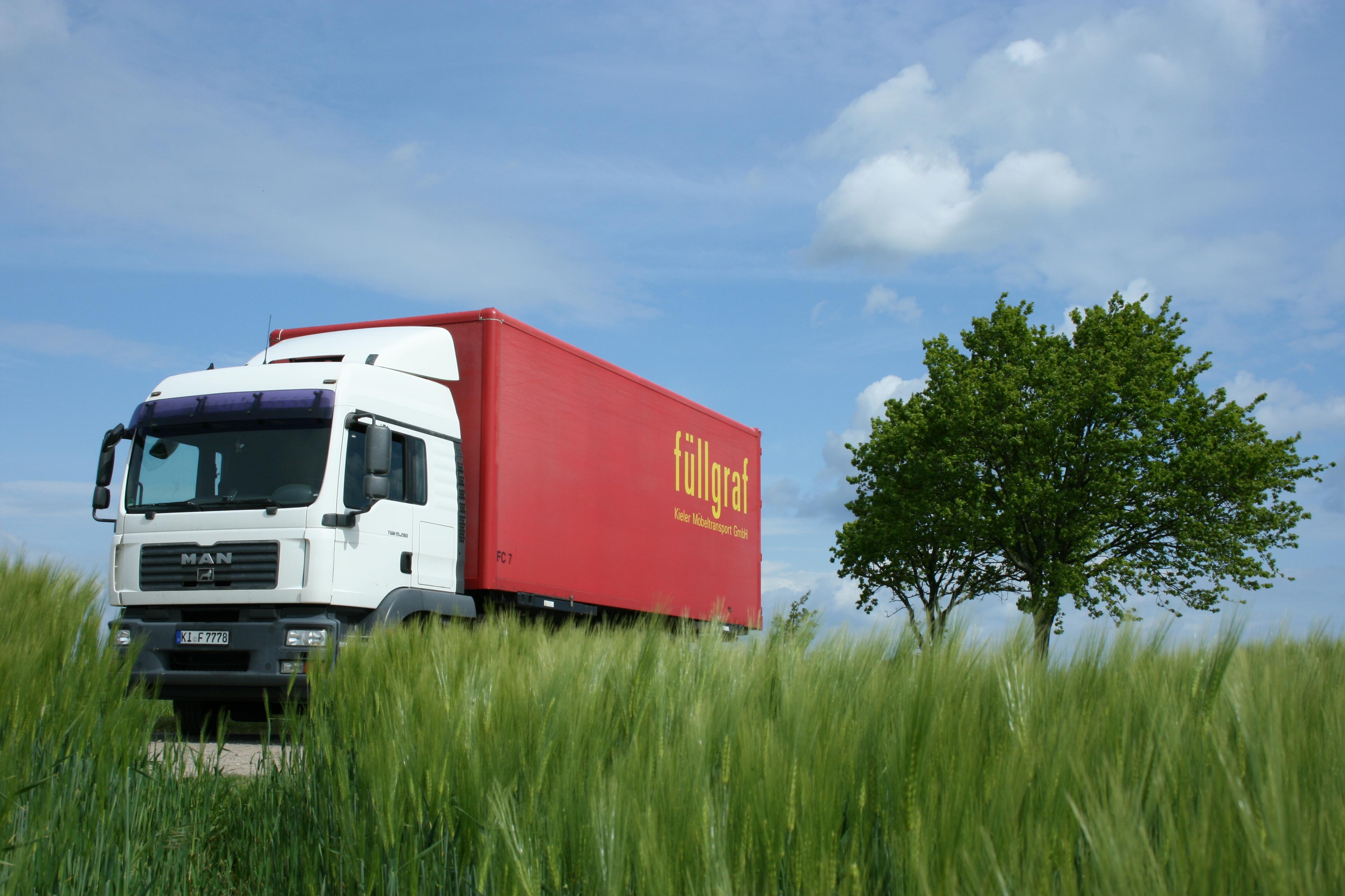 Logistik Transport Werbefotografie Roadtrip LKW Umzugsunternehmen Schleswig-Holstein Landschaft Kornfeld