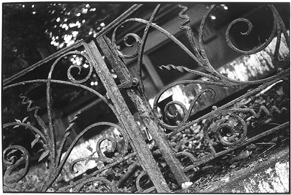 Fotografie Schwarzweiß Friedhof Kiel Südfriedhof Gruft Grab Pforte