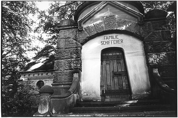 Fotografie Schwarzweiß Friedhof Kiel Südfriedhof Gruft Grab Gruft