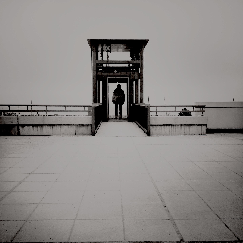 Schwarz-weiß Foto eines nach unten führenden Fahrstuhls