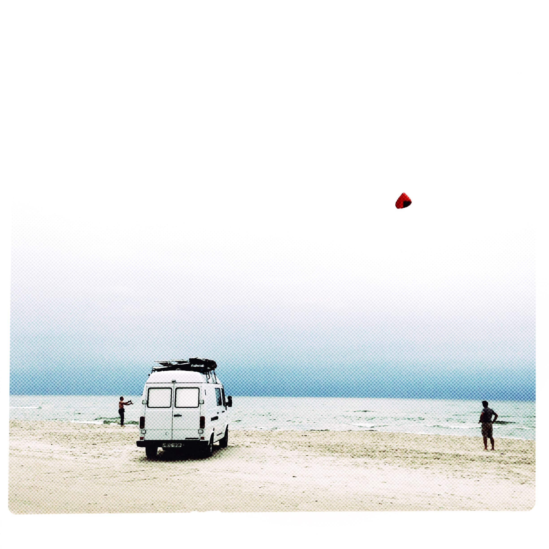 Bus und Kite am Strand von Loekken